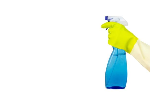 Спрей в руке, изолированных на белом фоне. женщина, держащая бутылку моющего средства на белом фоне. концепция чистящих средств.