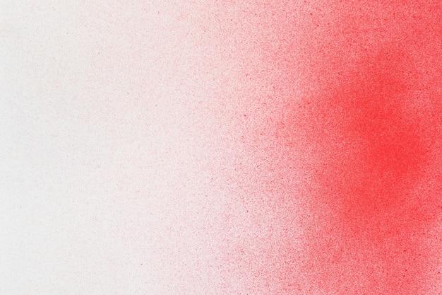 白い紙の背景に赤のスプレーペイント
