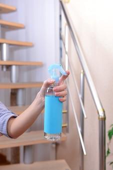 スプレー式芳香剤を手にクローズアップ