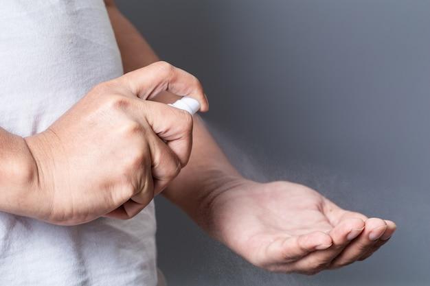 Распыление спирта дезинфицирует руку
