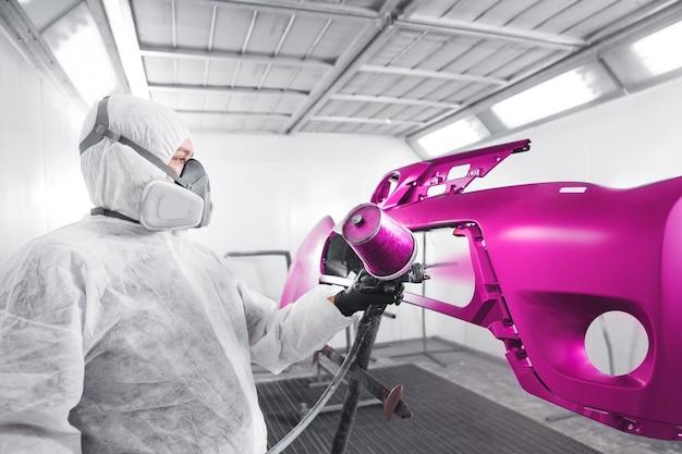 Распыление краски на элемент автомобиля. лакокрасочный бизнес с керамическим покрытием. автомобильная индустрия.