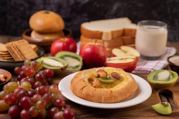 Spread the bread with jam and place it with kiwi and grapes