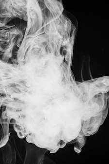 Распространение белого облачного дыма на черном фоне