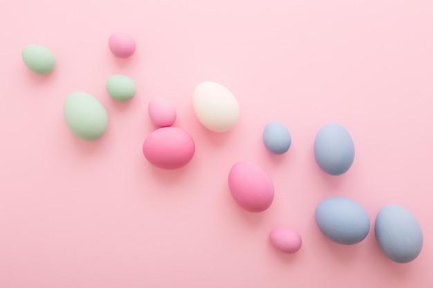 분홍색 배경에 파스텔 컬러 부활절 달걀을 확산.