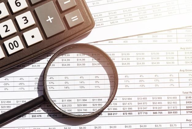 Табличный учет банковских счетов с помощью калькулятора и лупы. концепция расследования финансового мошенничества, аудита и анализа.