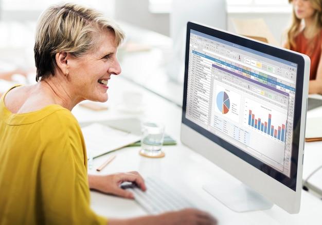 スプレッドシートマーケティング予算レポートファイルの概念