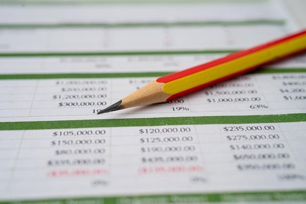 연필로 스프레드 시트 테이블 종이. 금융 개발, 은행 계좌, 통계 투자 분석 연구 데이터 경제, 무역, 사무실보고 비즈니스 회사 개념.