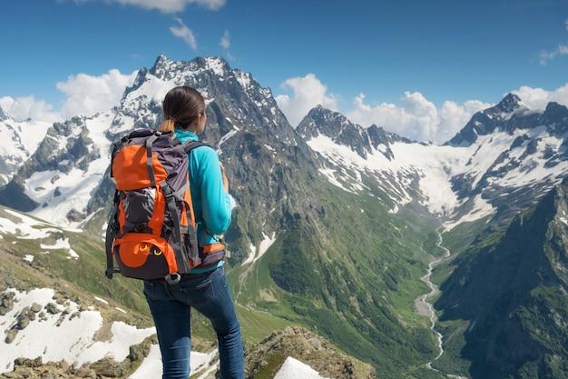 Spreeng時間で山の周りをハイキングする女性。
