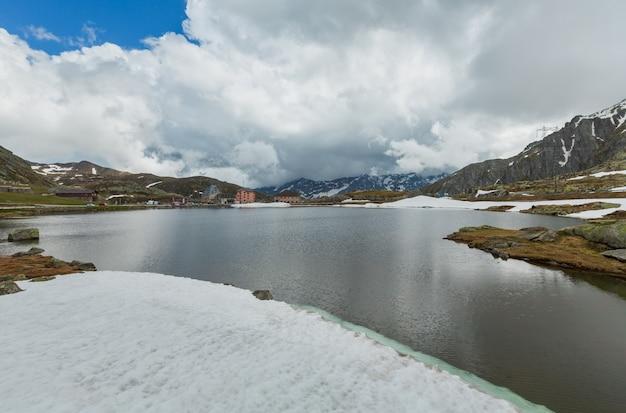 Весна в альпах горное озеро лаго-делла-пьяцца (швейцария, пассо-дель-сан-готтардо)