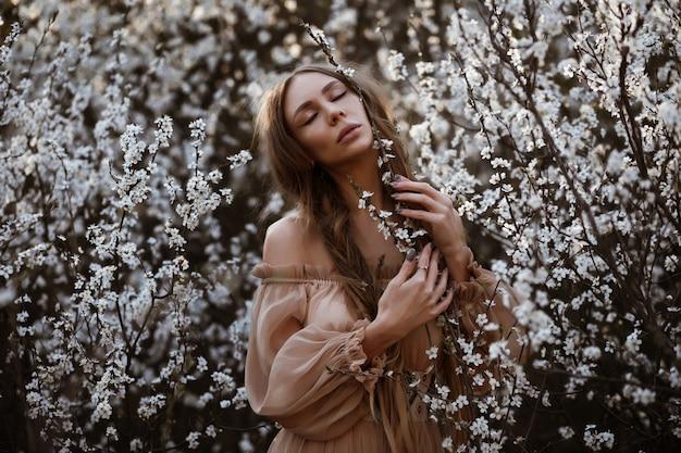 春と女の子。白い色で目を閉じてモデルの美しい肖像画