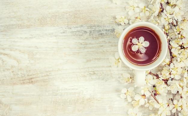 Весенний фон, цветы и чай. выборочный фокус.