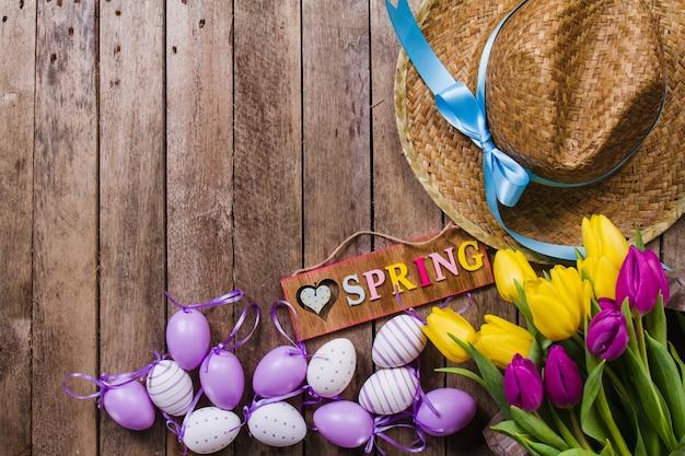 꽃과 부활절 달걀으로 봄 배경
