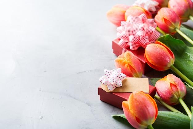 주황색 화려한 튤립과 선물 상자, 여성, 어머니의 날, 인사말 카드, 복사 공간 이미지가 있는 봄 배경
