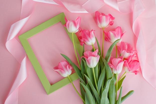 Весенний фон с розовыми тюльпанами на розовом фоне рамки