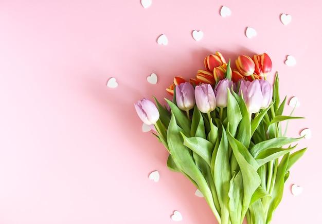 부드러운 파스텔 배경에 봄 아름다운 튤립 꽃. 어머니의 날, 인사말 카드 축제 장식 꽃 구성.