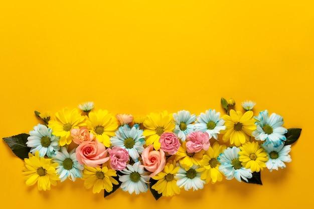 봄 꽃. 노란색에 꽃 화 환입니다.