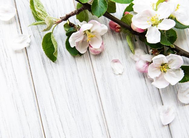 아름다운 흰색 꽃 가지와 봄 테두리 테이블. 흰색 나무 테이블, 섬세한 꽃을 피 웁니다. 봄 개념. 평면 위치 평면도 복사 공간.