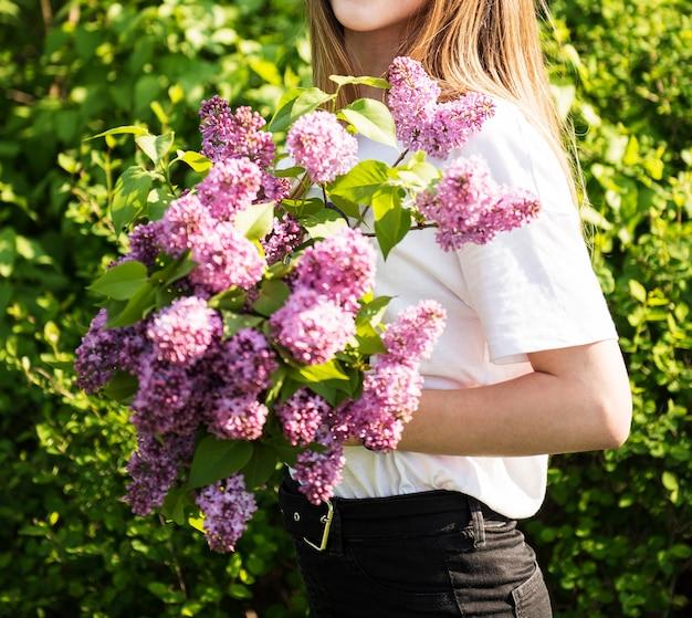 女性の手にライラックの春の花束。ライラックの花。