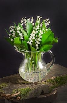 Весенний букет цветов ландыша в вазе