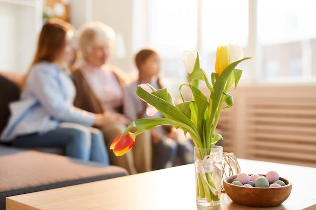 テーブルの上の春の花束