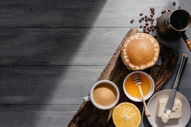 コーヒーとパンケーキと春の朝食