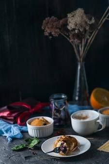 Весенний завтрак с кексами в деревенском стиле