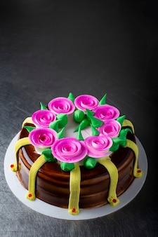 어두운 표면에 봄 케이크