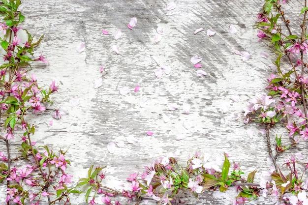 白の素朴な木製のテーブルに春の桜や桜の花