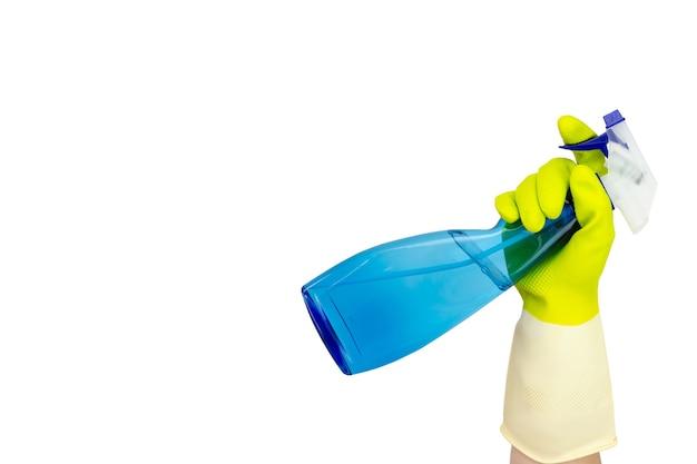 Концепция весенней уборки. аэрозольный баллончик синего очистителя окон на белом фоне. рука держа бутылку с распылителем. концепция дезинфекции или гигиены при вспышке коронавируса.
