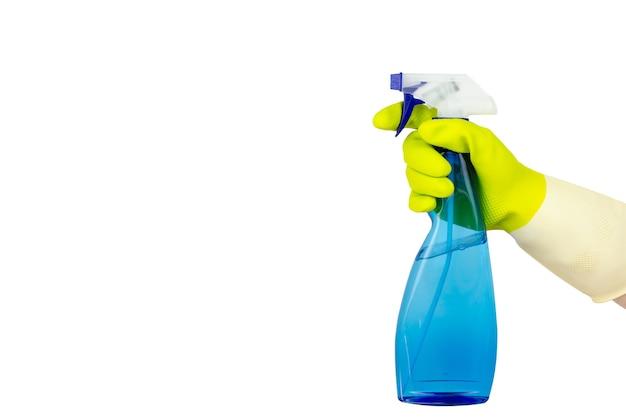 Концепция весенней уборки. вид сверху руки в желтых резиновых перчатках, держащей синий распылитель. концепция уборки, услуги по уборке.