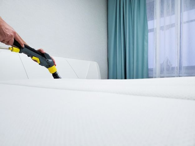 Весенняя уборка или регулярная уборка. очистить матрас