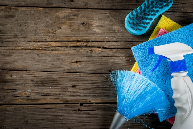 春のクリーニング用品、ハウスクリーニング製品の山。素朴なまたは庭の木製の上面に家事コンセプト