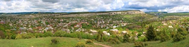 Bakhchisaraj町(クリミア、ウクライナ)の春の曇りの景色。 4ショットステッチ画像。