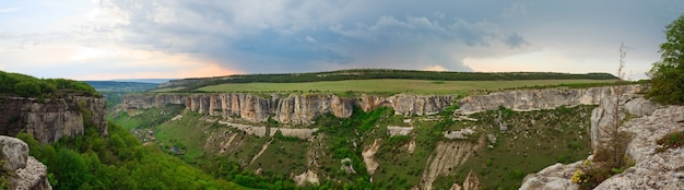 Bakhchisaraj町周辺の春の曇りの景色(チュフトカレ、クリミア半島、ウクライナ)