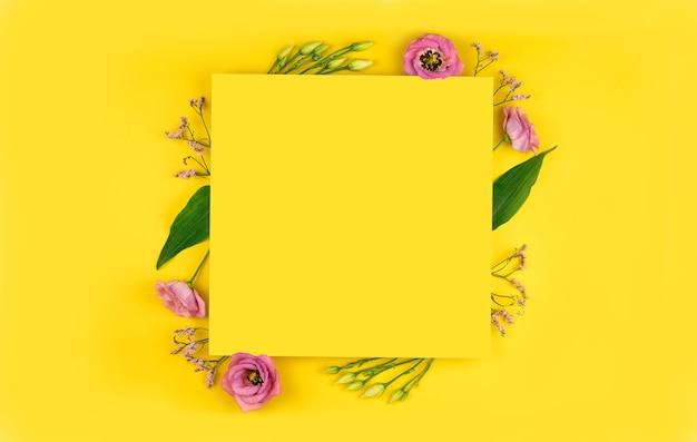 봄 구성. 꽃, 종이 빈 노란색 배경.