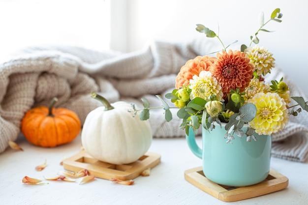 Composizione primaverile con fiori di crisantemo su sfondo sfocato