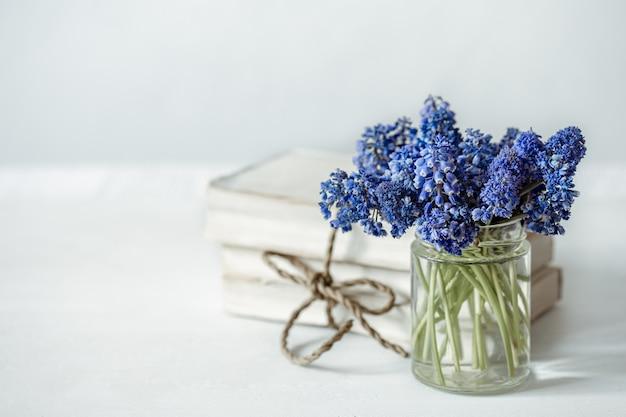 Весенняя композиция с цветами мускари в стеклянной вазе