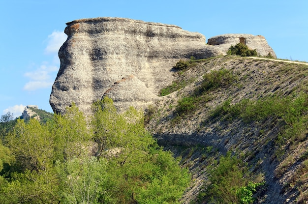空の背景に急な岩と春のクリミア山の風景(ウクライナ)。