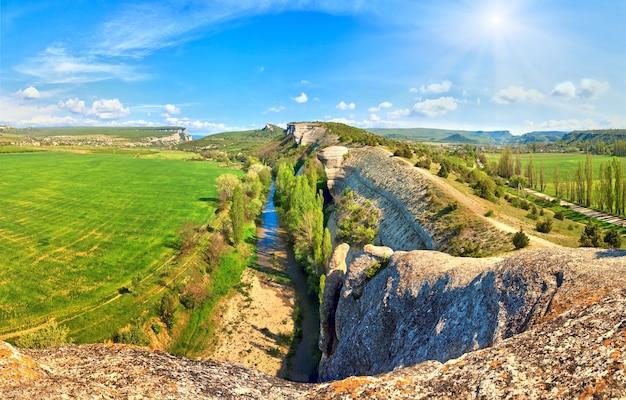 Весенний крым горный пейзаж со скалами и рекой (украина). изображение сшивается четырьмя кадрами.