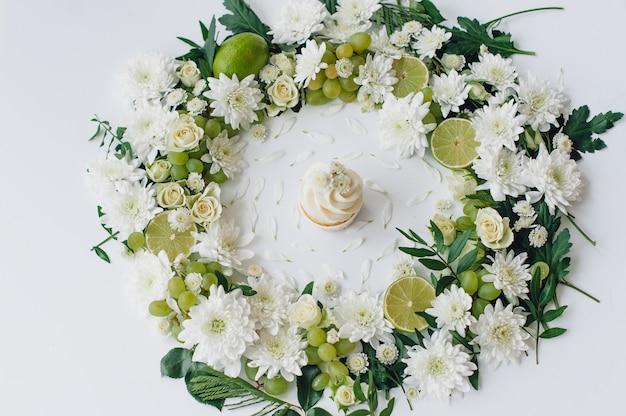 Весенний кекс на белом с цветами и фруктами аро