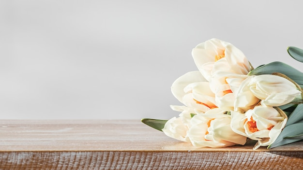 木製のテーブルの上の春の水仙の花のクローズアップ