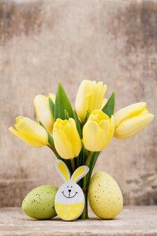 春の装飾、イースターエッグと黄色のチューリップ