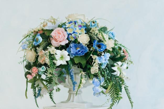 Весенние украшения. композиция с цветами