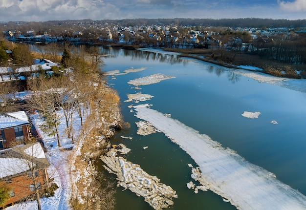 Весенний ранний дрейф по красивой реке с обломками льда плывет по течению