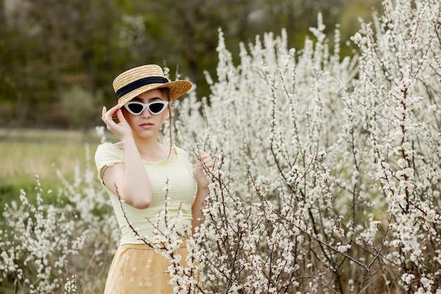 꽃에서 봄 패션 소녀 야외 초상화입니다. 꽃에 아름다움 로맨틱 여자입니다. 자연을 즐기는 아름 다운 여자.