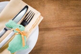 イースターディナーのための春のお祝いテーブルの設定。