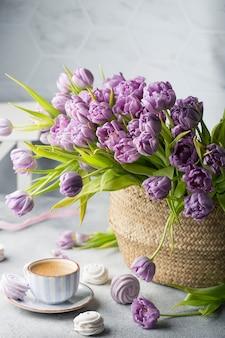 Spring flat lay с кофе, букетом тюльпанов и зефира
