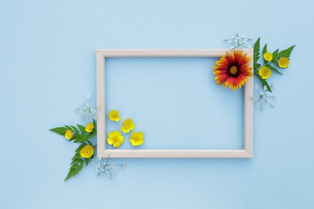 Весна, цветочный фон. цветочная композиция. рамка с желто оранжевые цветы на светлом фоне.