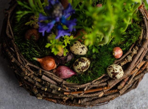 Весенняя цветочная композиция для интерьера с перепелиными яйцами