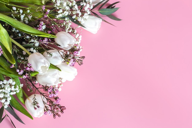 분홍색 벽에 봄 꽃꽂이